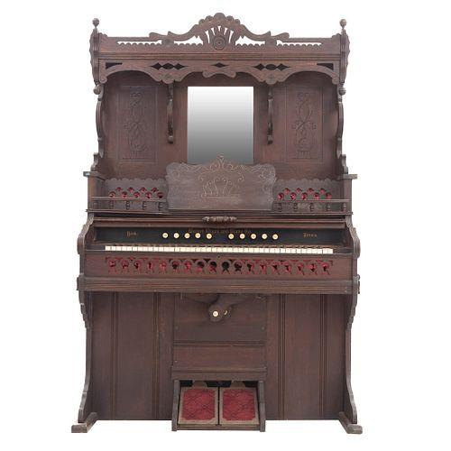 """Ã""""rgano. Nueva York, Estados Unidos, sXX. Weaver Organ and Piano Co.  Estructura de madera. Diferentes ritmos musicales. 195x138x60cm"""