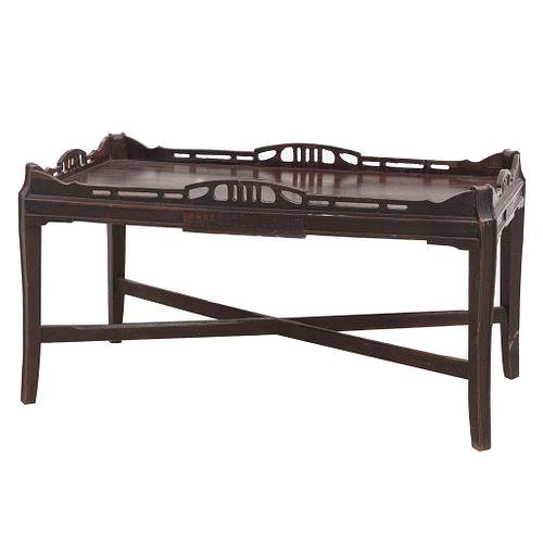 "Mesa de servicio. SXX. Talla en madera. Con cubierta rectangular, fustes rectos y chambrana en ""X"". 44 x 84 x 43 cm"