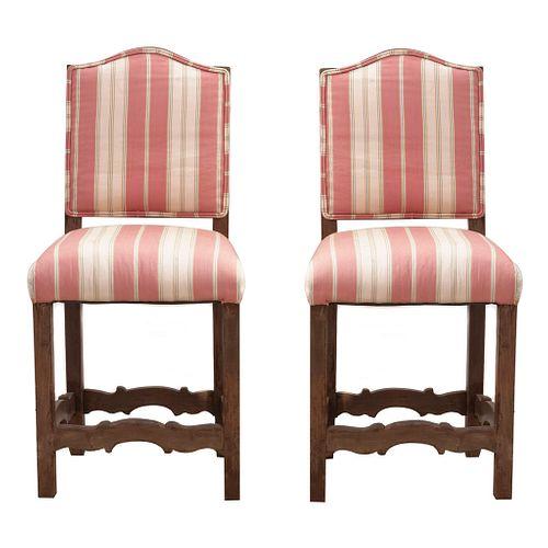 Par de sillas. SXX. Talla en madera Con respaldos cerrados y asientos en tapicería rayada color salmón con beige.