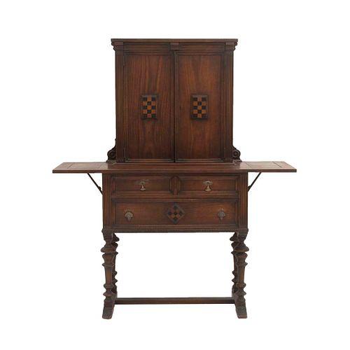 Aparador. Siglo XX. Elaborado en madera. Con 2 puertas abatibles, cajones, alas y soportes tipo caballete. Decorado con molduras.