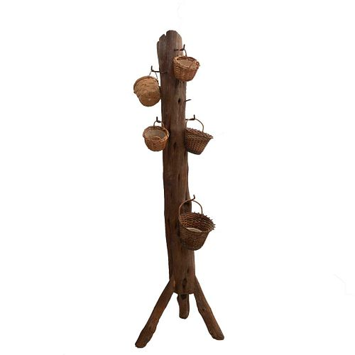 Perchero. Siglo XX. Elaborado en madera acabado crudo. Con ganchos de metal.