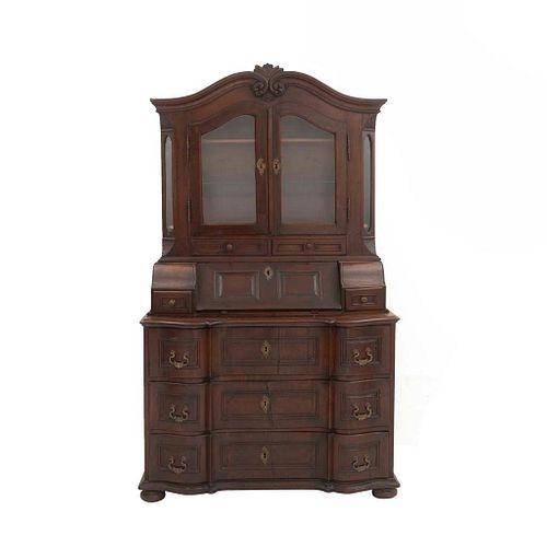 Vitrina-secreter. SXX. Elaborado en madera. Con cubierta abatible frontal, 2 puertas abatibles 5 cajones externos y soportes tipo bollo