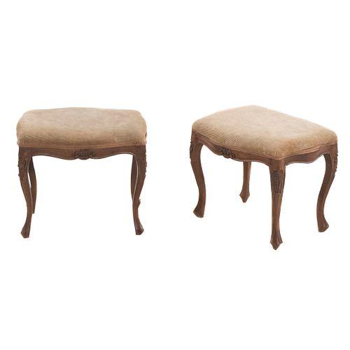 Par de bancos. SXX. Talla en madera. Con asientos en tapicería color ocre, fustes y soportes semicurvos.
