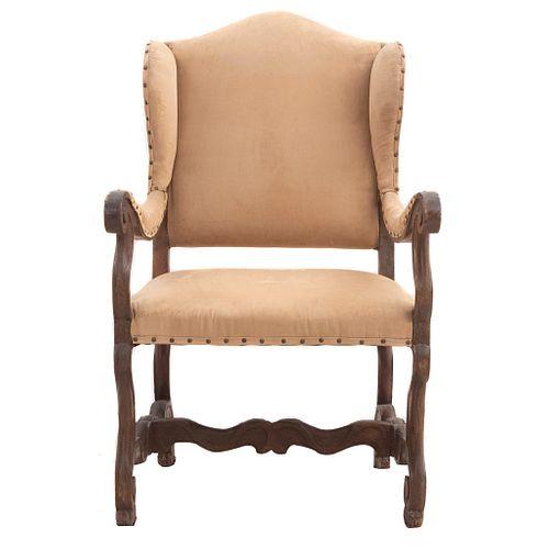 """Sillon. Siglo XX. Elaborado en madera. Con tapicería color beige, fustes semicurvos, cha,mbrana en """"H"""" y soportes semicurvos."""