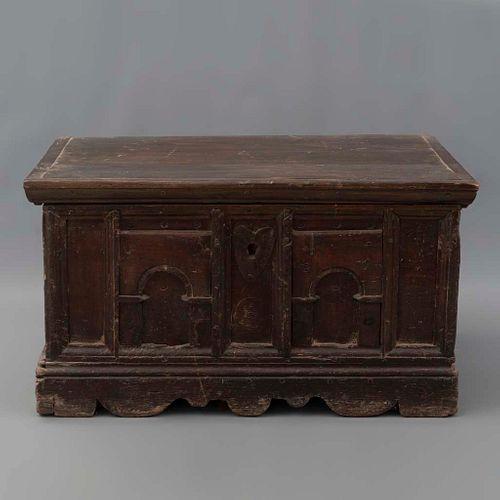 Baúl. Siglo XX. Elaborado en madera. Con herrería. Cubierta abatible. Decorado con molduras y elementos arquitectónicos.