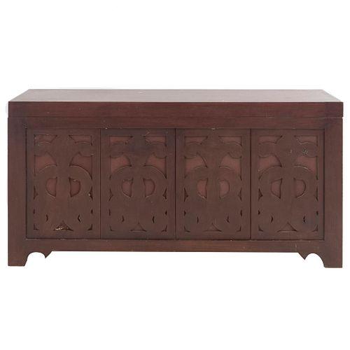 Baúl. Siglo XX. Elaborado en madera. Con cubierta rectangular abatible y soportes lisos. Decorado con elementos orgánicos.