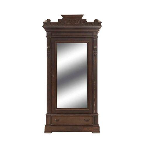 Armario. SXX. Elaborado en madera. Puerta abatible, cajón y soportes lisos. Decorado con molduras y elementos orgánicas.
