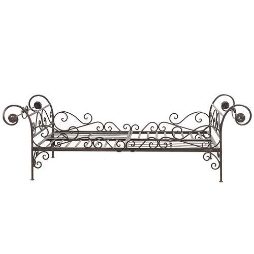 Cama de día. Siglo XX. Estructura de hierro forjado. Diseño tubular. Decorada con rosetones y elementos orgánicos.