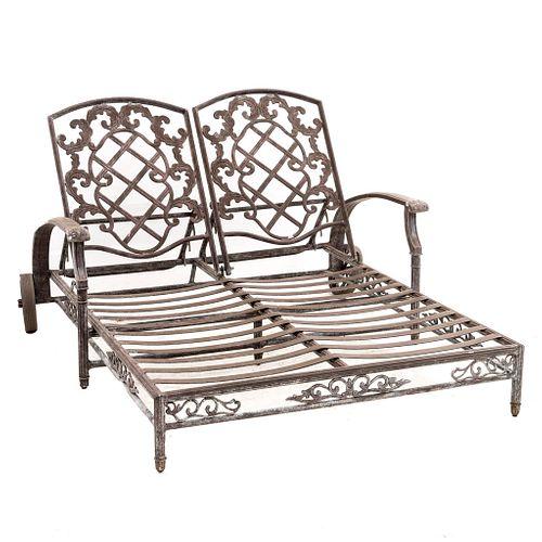 Camastro. Siglo XX. Estructura de hierro forjado. Diseño tubular. Decorada con rosetones y elementos orgánicos.