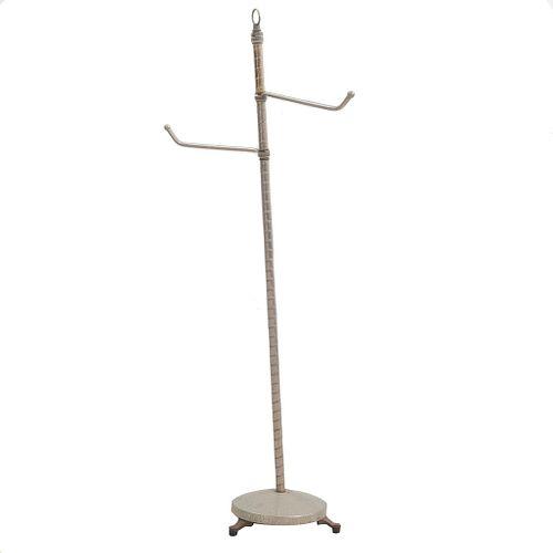 Perchero. SXX. Elaborado en metal. Con 2 brazos semicurvos, fuste tubular y base circular. 110 cm altura