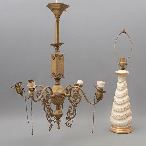 Lote de 2 Lámparas. Siglo XX. Elaboradas en metal dorado, resina y madera. Decoradas con elementos orgánicos y esmalte dorado.