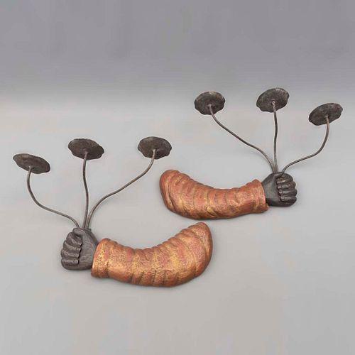 Par de arbotantes. Filipinas. Siglo XX. Diseño a manera de brazo. Elaborados en madera policromada y metal. Para 3 luces.