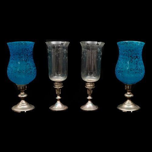 Lote de 4 lámparas. Siglo XX. Elaboradas en metal plateado. Con pantallas de vidrio, 2 color azul. Decoradas con molduras.