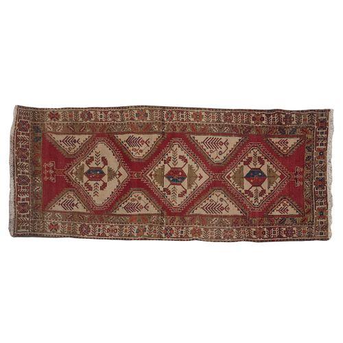 Tapete. SXX. Estilo Kilim. Anudado a mano en fibras de lana. Decorado con elementos geométricos y florales. 300 x 120 cm