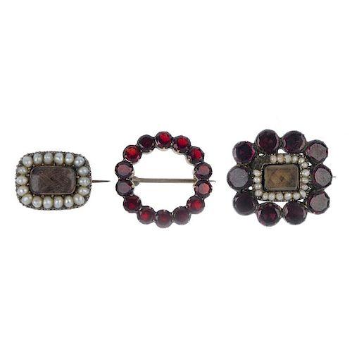 Three early 19th century brooches. To include a circular-shape garnet wreath brooch, a split pearl a