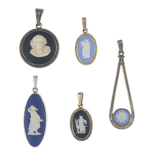 WEDGWOOD - a selection of jewellery. To include two loose Wedgwood cameos, together with a black ova