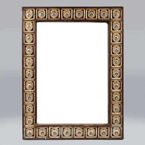 Espejo.  SXX. Elaborado en madera y material sintético. Con luna biselada. Diseño rectangular. Decorado con medallones de porcelana.
