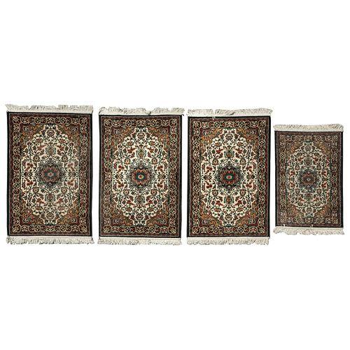 Lote de 4 tapetes de pie de cama. 2008 Estilo Mashad. Elaborados en fibras de dralón. Diferentes tamaños. 113 x 75 cm (mayor)