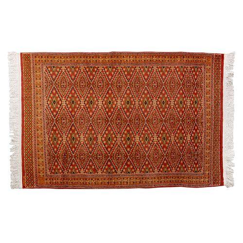Tapete Temoaya. México, SXX.  Anudado a mano en fibras de lana virgen. Con etiqueta y monograma anudado. 181 x 121 cm