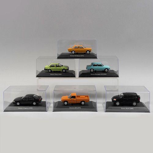Lote de autos clásicos japoneses a escala. SXX. Elaborados en metal fundido policromado con capelos de acrílico. Piezas: 6.