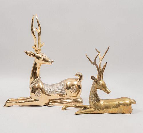 Lote de 2 venados. SXX. Elaborados en resina con electrorecubrimiento de metal dorado. Uno marcado F. Mendoza 662/1000. 44 cm alt mayor