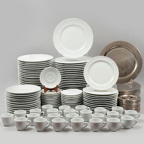 Servicio de vajilla para 22 personas. México y Francia. SXXI. Elaborados en metal plateado y porcelana, unos Limoges. Piezas: 168.