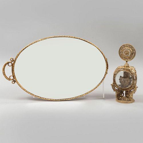 Charola y perfumero. SXX. Elaborados en metal dorado con vidrios bicelados y luna. Decorados con motivos orgánicos. Piezas: 2