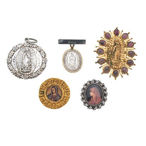 Prendedor con pendiente de medallas y cuatro medallas con simulantes en plata .800, .925 y metal base.