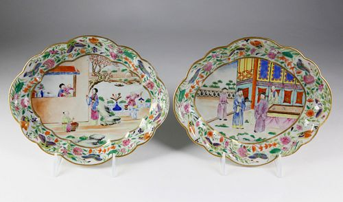 Pair of Chinese Export Clobbered Mandarin Scalloped Oval Dishes, early 19th Century