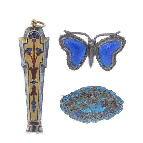 A selection of jewellery. To include a Norman Grant brooch of circular outline, the green enamel des