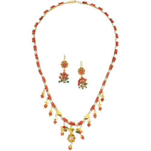 CHOKER AND PAIR OF EARRINGS WITH DIAMONDS, CORALS AND EMERALDS IN 18K YELLOW GOLD