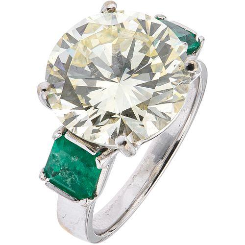ANILLO CON DIAMANTE Y ESMERALDAS | RING WITH DIAMONDS AND EMERALDS