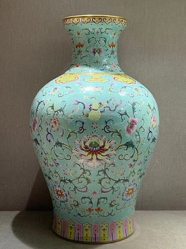 QingEmperor Qianlong Period Mark, Green and Famille Rose Glazed Twine Pattern Painting Porcelain Vase