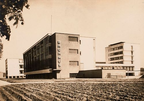 Sammlung von 16 Postkarten und einer Photographie u.a.  mit Abbildungen von Bauhaus-Gebäuden. Je ca. 9 x 14 cm.