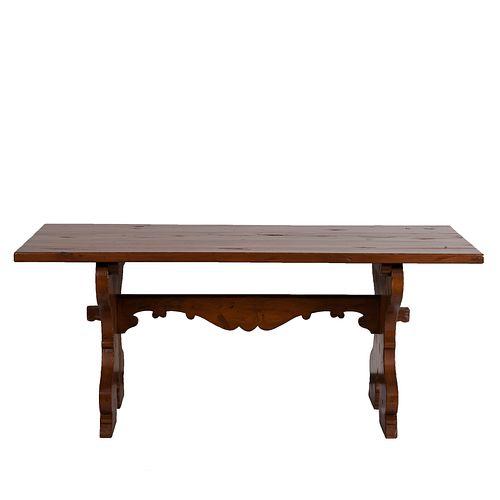 Mesa. SXX. Elaborada en madera entintada. Con cubierta rectangular, soportes mixtilíneos y travesaño central.