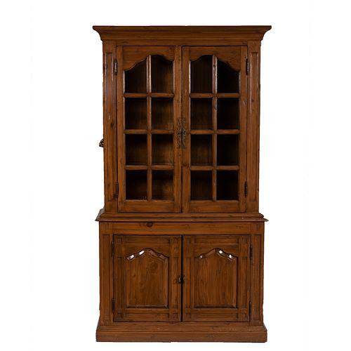 Vitrina. SXX. Elaborada en madera. A dos cuerpos. Con dos puertas abatibles inferiores, entrepaños y dos puertas superiores.