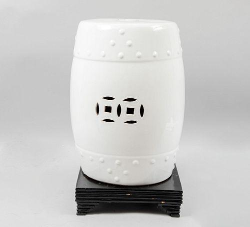 Banco para jardín. China, SXX. Elaborado en cerámica color blanco con base de madera escalonada. Decorado con calados. 46 cm de altura.