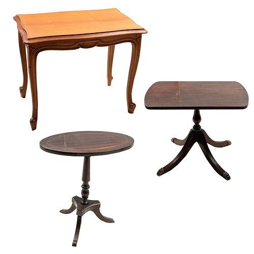 Lote de 3 mesas. SXX. Elaboradas en madera. Consta de: 2 mesas auxiliares y mesa tilt-top.