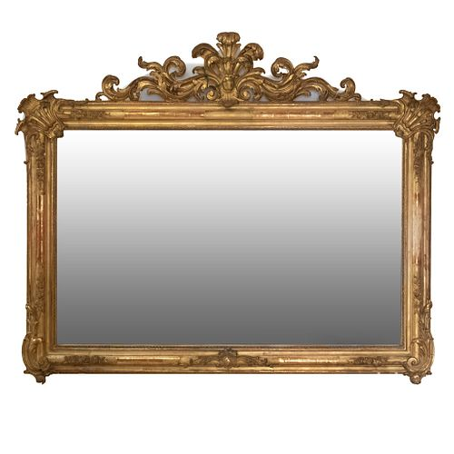 Espejo. SXX. Elaborado en madera dorada. Con luna rectangular. Decorado con elementos orgánicos, cartela y molduras.