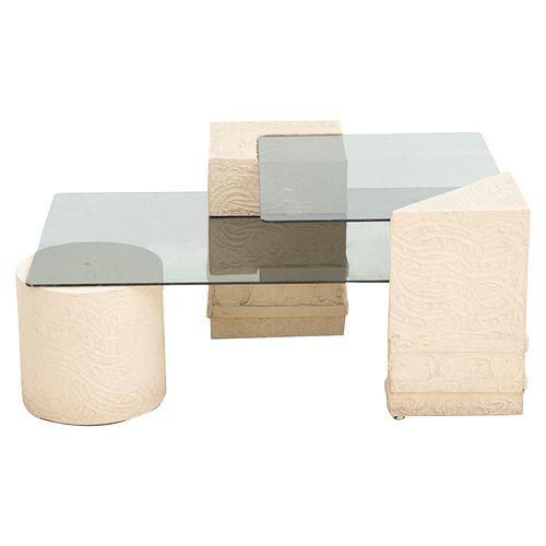 Mesa de centro. SXX. Elaborada en fibra de vidrio. Con cubiertas de vidrio. Decorada con elemetos orgánicos. 44 x 74 x 102 cm