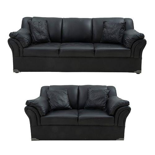 Sala de recepción. SXXI. Estructura de madera. Con tapicería de vinipiel color negro. Consta de: sillón de 3 piezas y love seat.