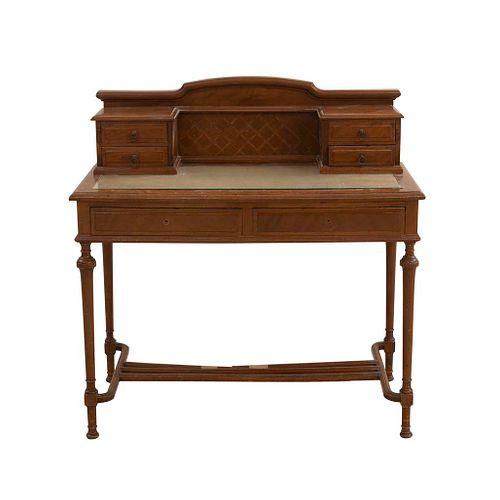 Escritorio. SXX. Talla en madera. Con cubierta rectangular con vidrio, 6 cajones y repisa superior. 97 x 100 x 47 cm