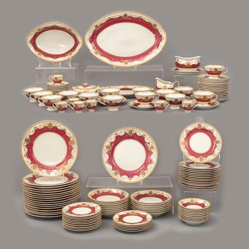 Servicio abierto de vajilla. Japon, sXX. Elaborada en porcelana Meito. Decorada a mano con guirnaldas y medallones en color bermellón.
