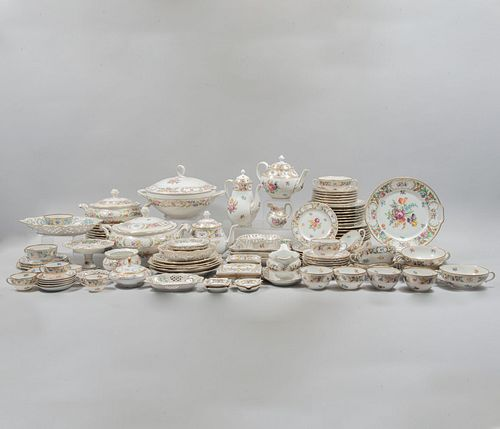 Servicio abierto de vajilla. Alemania. SXX. Elaborada en porcelana de Bavaria. Diferentes sellados y diseños. Total: 141 piezas.