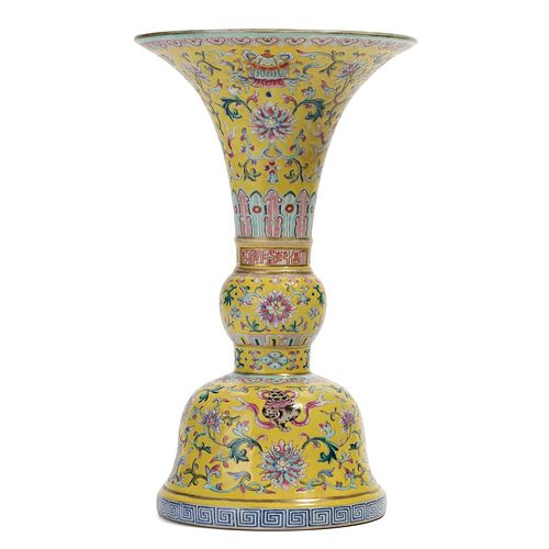 A YELLOW GROUND FAMILLE-ROSE FLORAL BEAKER VASE