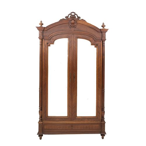 ARMARIO. FRANCIA, SXX. Estilo ENRIQUE II. Elaborado en madera de nogal. 2 puertas con lunas biseladas, espacio para entrepaños. | WARDROBE. FRANCE, 20