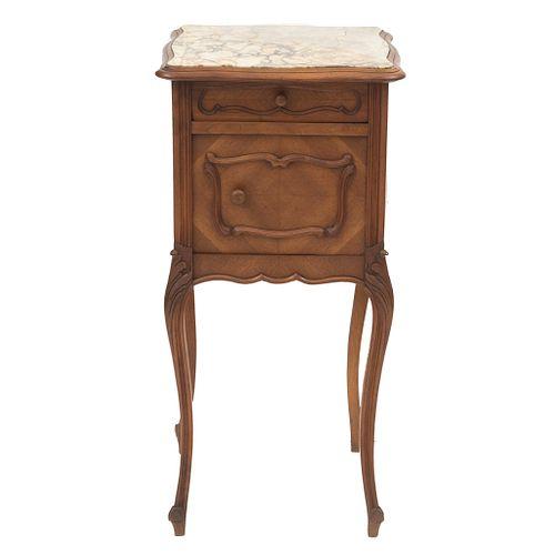 MESA DE NOCHE. FRANCIA, SXX. Estilo LUIS XV. Elaborada en madera de nogal. Con cubierta de mármol, cajón, puerta. | NIGHTSTAND. FRANCE, 20TH CENTURY.