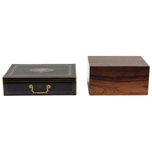 PAR DE CAJAS CIGARRERAS SIGLO XX Cigarrera 1: En madera tallada y policromada en negro con decoración dorada   33 x 23 x 9 cm | PAIR OF CIGAR BOXES 20