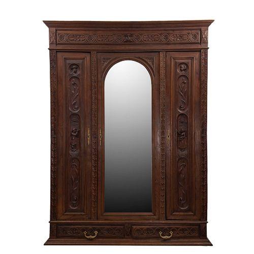 ARMARIO. FRANCIA, SXX. Estilo BRETÓN. Elaborado en madera de roble. Con 3 puertas abatibles, una con espejo de luna irregular. | WARDROBE. FRANCE, 20T