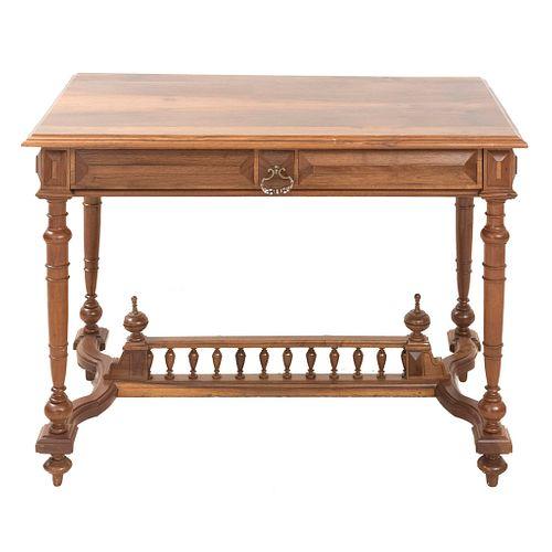 Escritorio. Francia. sXX. Estilo Enrique II. Elaborado en madera. Con cubierta rectangular y soportes tipo carrete.